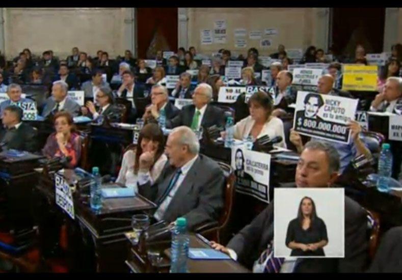 Los carteles que colgó el FpV para recibir a Mauricio Macri