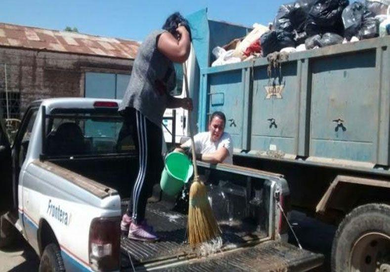 Civalero ayudando en las tareas de recolección junto a una colaboradora. /Facebook