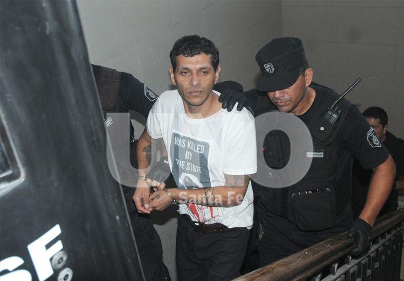 Custodiado. El condenado al momento de llegar a la sala donde se le leyó la sentencia. / Manuel Testi.