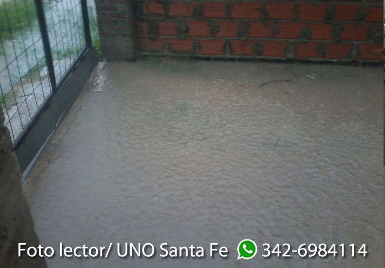 Jazmín envió fotos del frente de su casa en Alto Verde tras las lluvias.