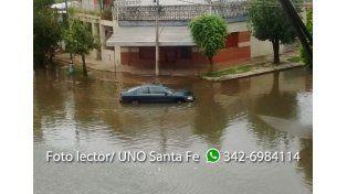 Un auto quedó varado en barrio centenario por el agua acumulada en las calles. Gentileza Gastón.