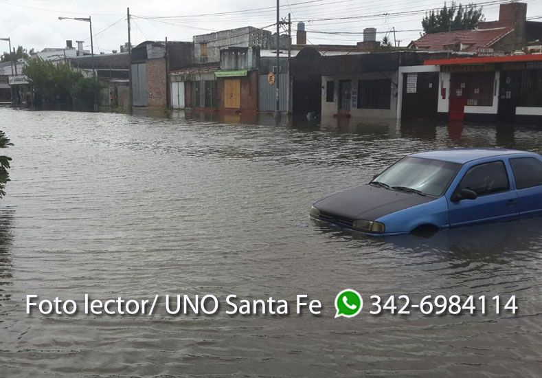 Calles inundadas en barrio Centenario. Foto lector.