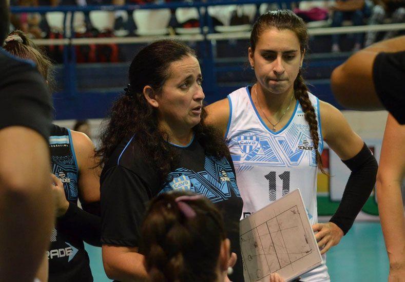 La entrenadora Lorena Góngora le da indicaciones a sus jugadoras que obtuvieron un logro histórico.