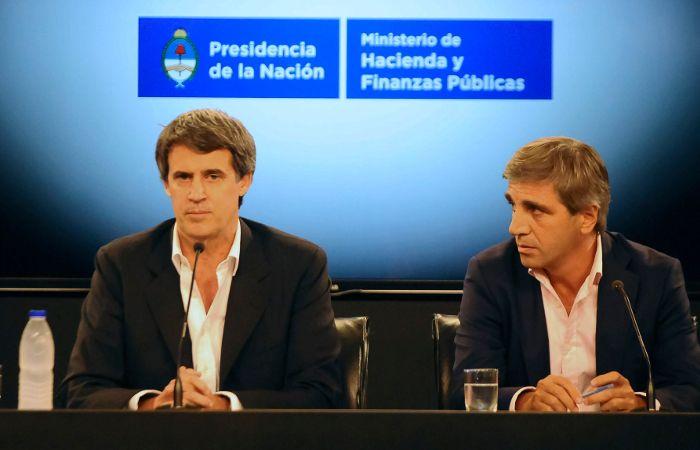 Prat Gay y Luis Caputo en la conferencia de prensa.
