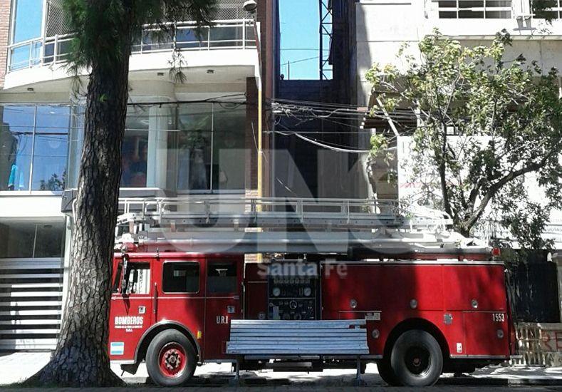 Bomberos rescataron a una mujer y una nena encerradas en un balcón sobre Bulevar