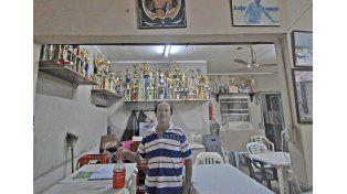 Un prócer. El Chino Vázquez es el encargado del bar que está en el ingreso. Foto: Manuel Testi / Diario UNO Santa Fe