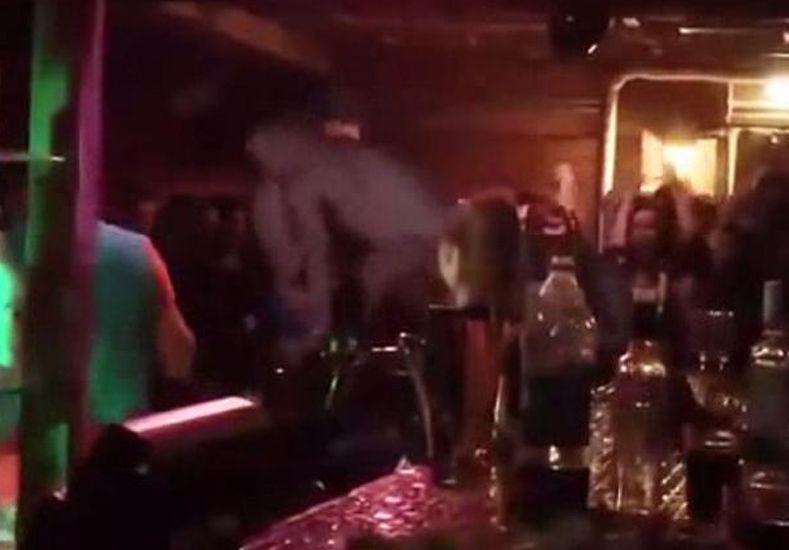 Una pareja de exhibicionistas tuvo sexo sobre la barra de un bar