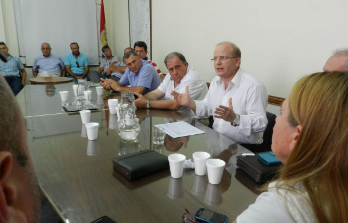 El ministro Contigiani junto a los productores del sector lechero.