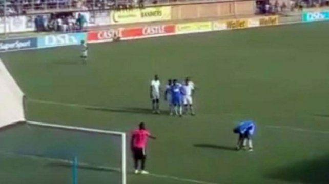 En Zimbabwe imitaron el penal de Messi y Suárez: ¡les salió mal!