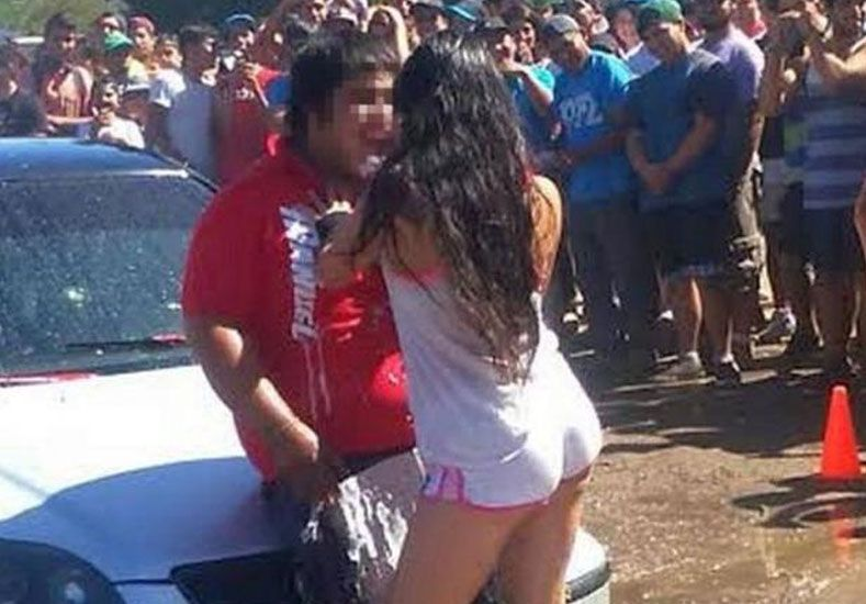 Un desnudo total a la hora de lavar el auto generó entusiasmo e indignación
