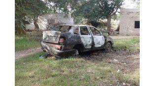 El auto incendiado en barrio Los Troncos/ gentileza: @veroensinas