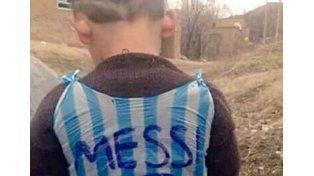 Messi cumplió el sueño del niño afgano, que tenía una camiseta de plástico