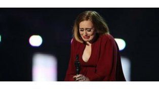 Adele lloró desconsolada al recibir un premio en Londres