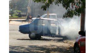 Daños totales: se incendió un auto en Bulevar