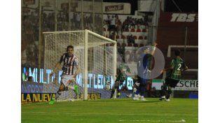 La definición fue perfecta porque no le queda otra alternativa tras la salida del golero rival.UNO/Mauricio Centurión
