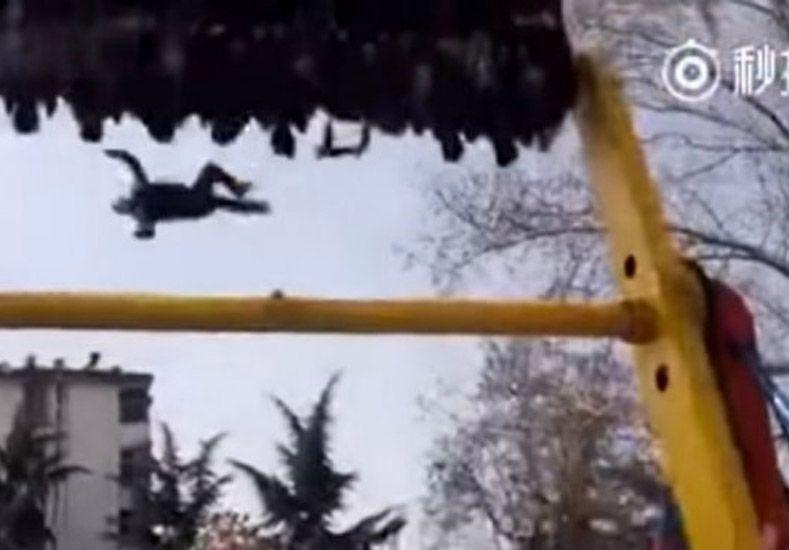 Un hombre murió al caer desde un juego en un parque de diversiones