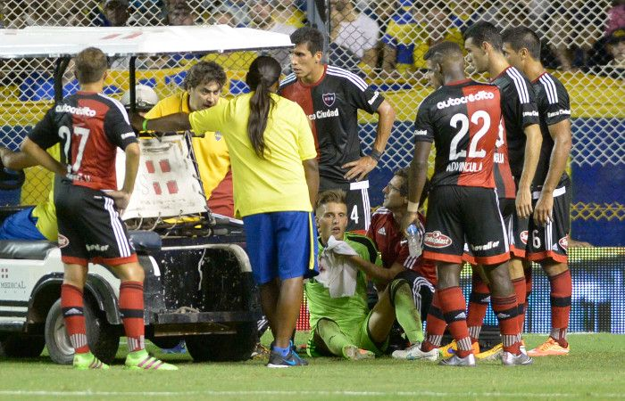 Noqueado. Unsain quedó seriamente lastimado tras ser impactado por un rodillado de Tevez.