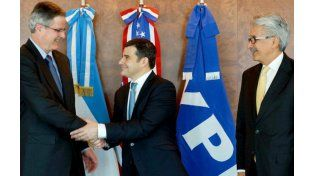 Las autoridades de YPF y de la empresa estadounidense durante la firma del convenio. (Foto de archivo)