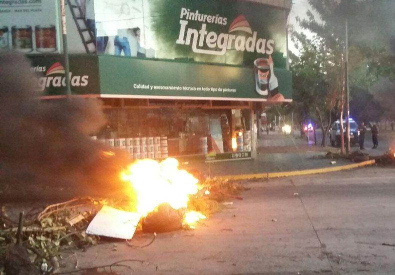 El corte de los vecinos en Freyre y Mendoza./ gentileza @Veroensinas LT10.