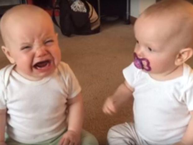 El video de las gemelas disputándose un chupete se volvió viral.