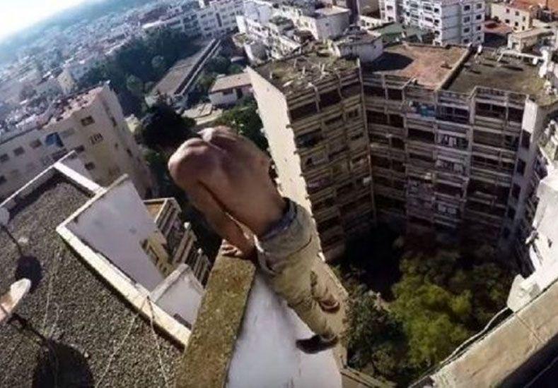 Un loco: utiliza los techos para hacer gimnasia