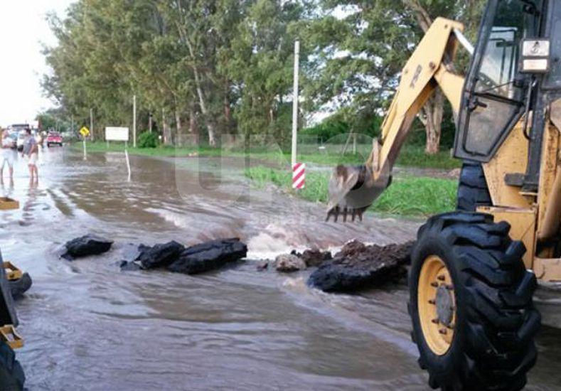 Trabajos. Con retroexcavadoras se abrió una brecha en el asfalto para que pase el agua.