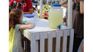 Una nena recaudó 92 mil dólares vendiendo limonada para ayudar a su hermano