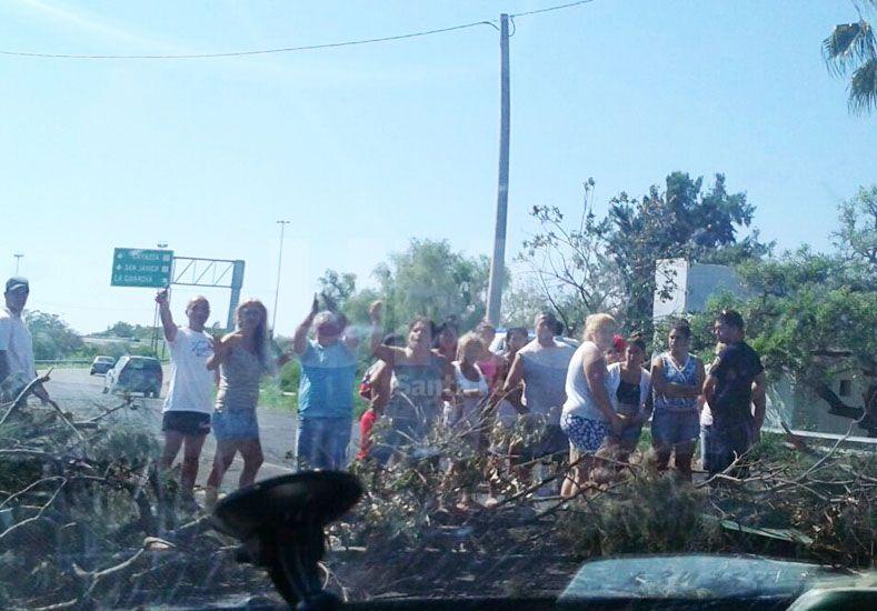 Vecinos reclaman este domingo con nuevos cortes en la 168 y el acceso por la autopista