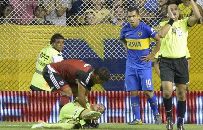 Duro. La rodilla de Tevez impacta a la carrera en la cara de Unsain