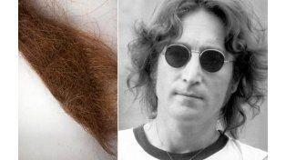 El mechón de pelo de John Lennon se subastó en 35.000 dólares.