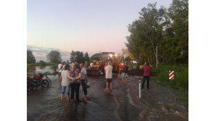 Rompen el asfalto de la ruta provincial 13 y abren un canal para que circulen las aguas.m