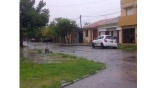 Un poste caído de luz con los cables en plena calle en La Rioja y Santiago de Chile