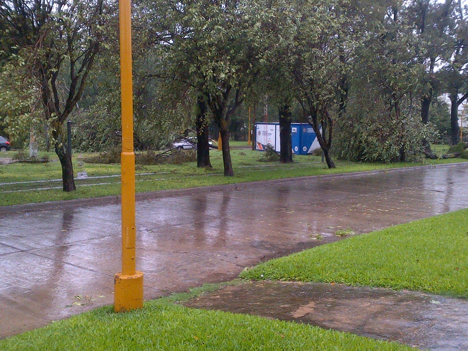 Bulevar Muttis y Laprida. El temporal también se sintió en la zona de la Costanera. Gentileza Alejo Martínez