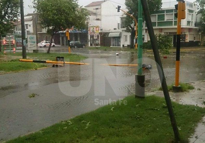 Un semáforo se cayó en Avenida 7 de Marzo y calle Centenario