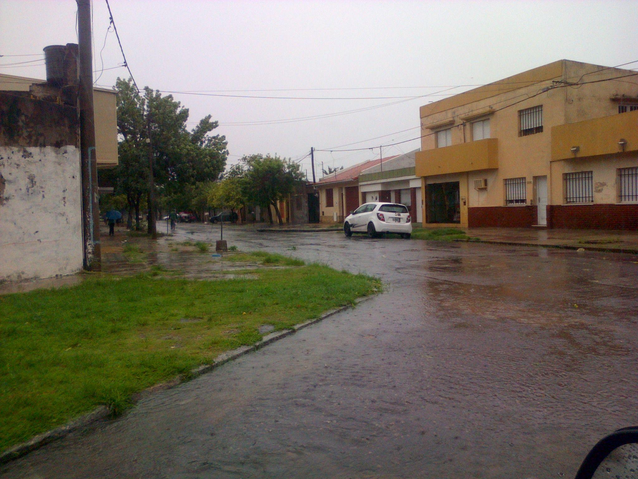 Poste caído en La Rioja y Santiago de Chile. Foto: Mariano
