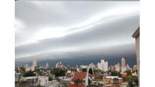 Así se armaba la tormenta sobre el cielo santafesino./ gentileza lectores UNO.