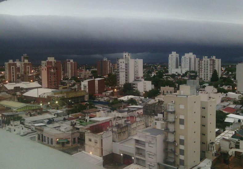 Así se armaba la tormenta sobre el cielo santafesino./ gentileza Juan