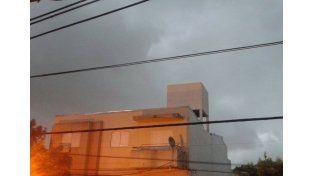 Así se armaba la tormenta sobre el cielo santafesino. / gentileza lectores UNO.