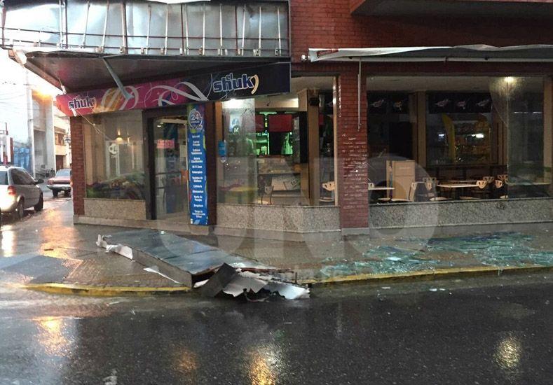 Se cayó un cartel del comercio ubicado en San Martín y Corrientes. Foto: José