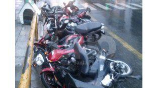 El viento tumbó a las motos que estaban estacionadas en 25 de Mayo y Suipacha. Foto: Carlos De Luca.