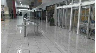 La cantidad de agua caída complicó los desagues y provocó inundaciones hasta en el aeropuerto. (Foto: @TransitoRos)