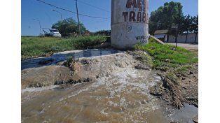 Derrame. Es constante y está ubicado en el ingreso a Alto Verde. UNO de Santa Fe/Manuel Testi