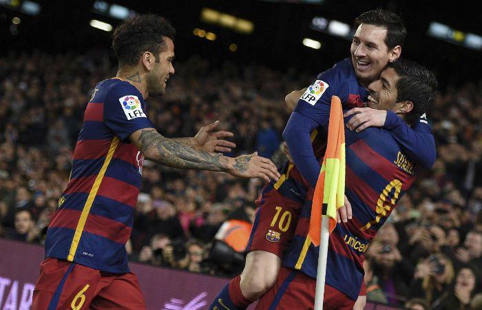 Leo festeja junto a Luis Suárez y Dani Alves.