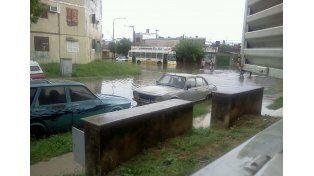 Guillermo mandó una foto de la situación que se vivió este mediodía en Bº Centenario durante la intensa lluvia.
