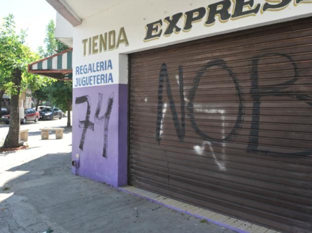 Las pintadas afectaron varios frentes de Constitución al 2000. (Virginia Benedetto / La Capital)