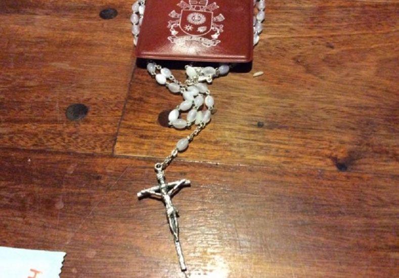 Éste es el rosario que el Papa le envió a Milagro Sala