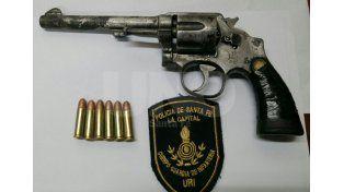 Secuestraron un arma de guerra con cinco balas en el barrio Santa Lucía