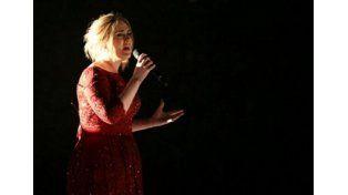 Puede fallar: Adele tuvo problemas técnicos y desafinó en los Grammy