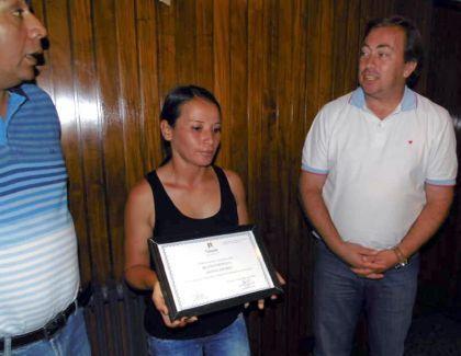 Cristina Espósito recibió una plaqueta que reconoce el gesto que tuvo al devolver el dinero.