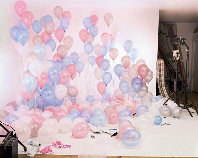 A primera vista no parece un set porno. Pero frente a estos globos pasaron mujeres y hombres desnudos que desfilaron frente a una cámara.